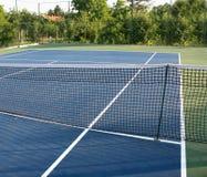 有蓝色地面的网球场 免版税库存图片