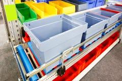 有蓝色塑料筐的自动化的存储仓 库存图片