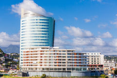 有蓝色塔的白色旅馆 免版税库存图片