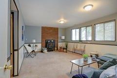 有蓝色墙壁和装壁板的舒适家庭娱乐室 免版税图库摄影