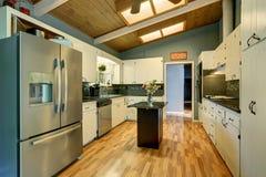 有蓝色墙壁的现代化的厨房 免版税图库摄影