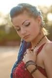 有蓝色头发的俏丽的低劣的女孩 免版税库存照片