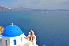 有蓝色屋顶的古典教会在希腊海岛圣托里尼上 库存图片