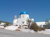 有蓝色屋顶的小教会在圣托里尼在希腊 免版税库存照片