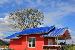 有蓝色屋顶的橙色乡间别墅 图库摄影