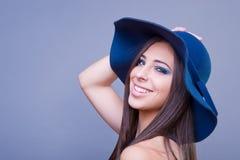 有蓝色帽子的美丽的女孩 免版税图库摄影
