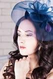 有蓝色帽子的美丽的女孩 库存照片