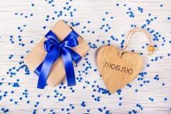 有蓝色弓和华伦泰木头的礼物盒 在华伦泰`我爱你`的题字 复制空间 免版税库存图片