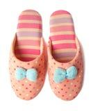 有蓝色弓的逗人喜爱的滑稽的桃红色镶边被加点的女孩小丑拖鞋 免版税库存图片