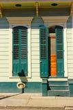 有蓝色快门的法国街区家 免版税库存图片
