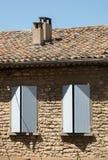 有蓝色快门的老农村房子,普罗旺斯, 库存图片
