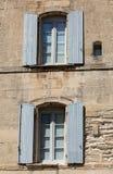 有蓝色快门的老农村房子,普罗旺斯 库存图片
