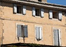 有蓝色快门的老农村房子,普罗旺斯 免版税库存照片