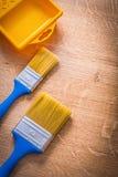 有蓝色把柄和黄色的两把油漆刷 免版税图库摄影