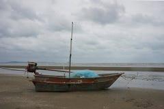 有蓝色捕鱼网的老渔船在湿 图库摄影