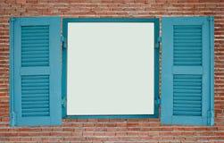 有蓝色木窗口的红砖墙壁 库存照片