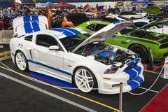 有蓝色条纹的白色Ford Mustang 库存照片