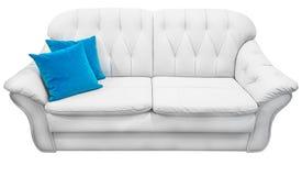 有蓝色枕头的白色eco皮革沙发 有教练型的冗长的句子capitone的软的雪白长沙发 经典法院 免版税库存图片