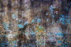 有蓝色油漆补丁的难看的东西墙壁  库存图片