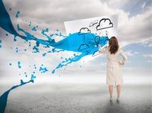 有蓝色油漆飞溅的创造性的女实业家 免版税库存图片