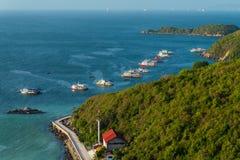 有蓝色海和速度小船的美丽的海岛沿coastlin 免版税库存照片