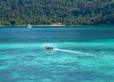 有蓝色海的小船 库存图片