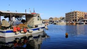 有蓝色海的小钓鱼海港在干尼亚州 克利特海岛 希腊 图库摄影