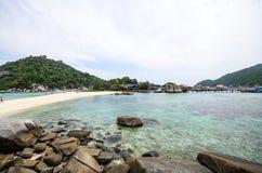 有蓝色海的Nang元海岛和岩石靠岸 库存图片