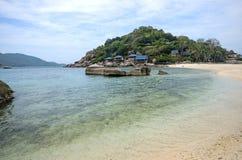 有蓝色海的Nang元海岛和白色沙子靠岸 免版税库存照片