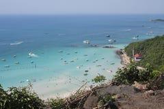 有蓝色海运的天堂海岛大角度视图的 库存图片