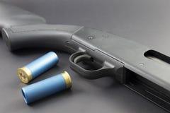 有蓝色猎枪弹的一把12个测量仪猎枪 免版税库存照片
