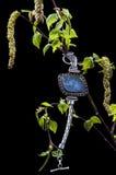 有蓝色玛瑙的葡萄酒银色镯子在桦树分支  库存图片