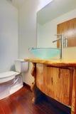 有蓝色现代水槽的新的自定义编译卫生间 免版税库存图片
