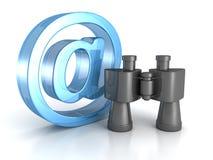 有蓝色的双筒望远镜在电子邮件标志。 互联网查寻概念 免版税库存照片