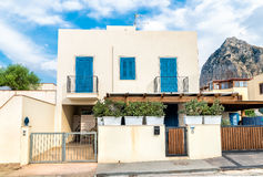 有蓝色窗口和门的典型的房子 图库摄影