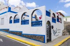 有蓝色窗口的白色房子在Las Playitas 免版税库存照片