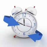 有蓝色箭头的闹钟 向量例证