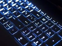 有蓝色背后照明的黑暗的键盘 库存照片