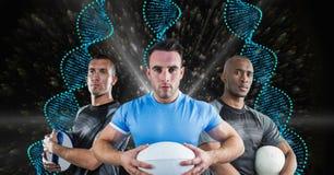有蓝色脱氧核糖核酸链子的橄榄球球员在黑色有光背景 免版税库存照片