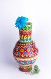 有蓝色花的五颜六色的瓦器花瓶在白色背景 免版税库存图片