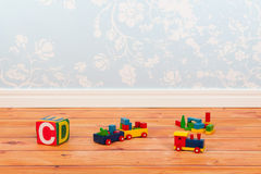 有蓝色葡萄酒墙纸和玩具的托儿所室 库存图片