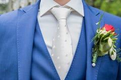 有蓝色衣服和白领结的新郎 免版税库存照片