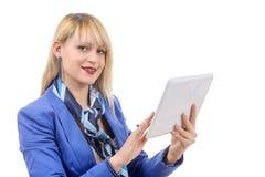 有蓝色衣服的美丽的现代女实业家,拿着片剂co 免版税图库摄影