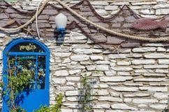 有蓝色设备和渔decorat的地中海餐馆 库存图片