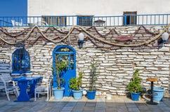 有蓝色设备和渔decorat的地中海餐馆 库存照片