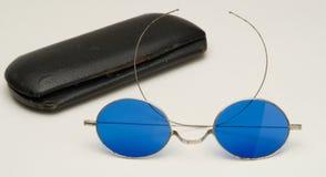 有蓝色透镜和盒的古色古香的镜片 免版税图库摄影