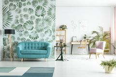 有蓝色长沙发的宽敞的房间 免版税图库摄影