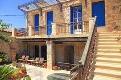 有蓝色门和窗口的,克利特老希腊房子 免版税图库摄影