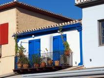 有蓝色门的小白色希腊议院 免版税库存图片