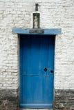 有蓝色门的庭院庭院在15世纪耶路撒冷教会Jeruzalemkerk,布鲁日/布鲁基,比利时 图库摄影